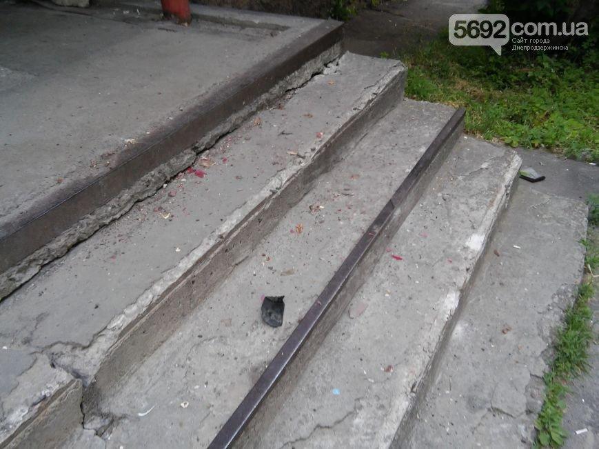 В Днепродзержинске во дворе жилого дома мужчина спас жену и ребенка от ДТП (фото) - фото 5