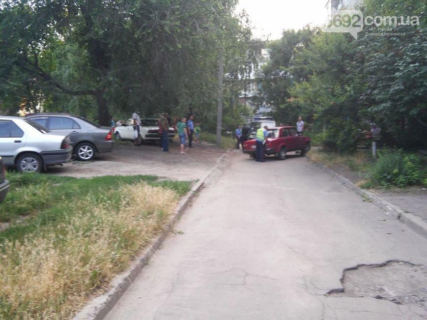 В Днепродзержинске во дворе жилого дома мужчина спас жену и ребенка от ДТП (фото) - фото 1