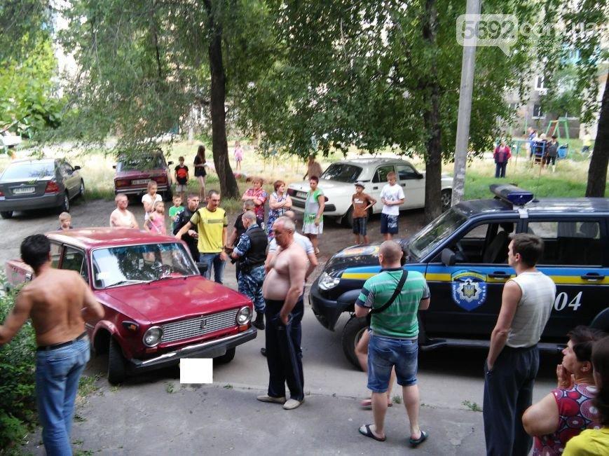 В Днепродзержинске во дворе жилого дома мужчина спас жену и ребенка от ДТП (фото) - фото 6