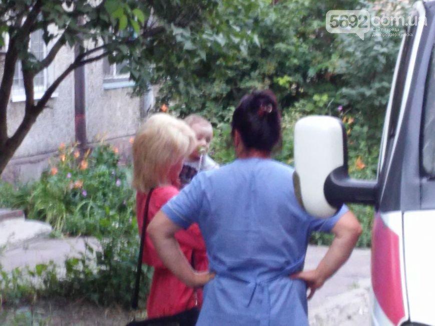 В Днепродзержинске во дворе жилого дома мужчина спас жену и ребенка от ДТП (фото) - фото 9