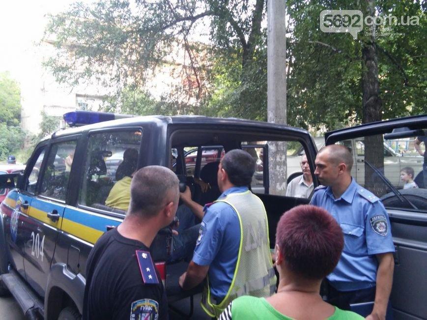 В Днепродзержинске во дворе жилого дома мужчина спас жену и ребенка от ДТП (фото) - фото 7