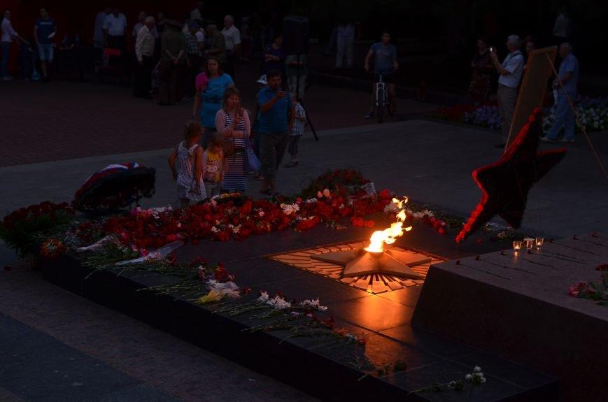 Симферополь зажег «Свечу памяти»: У могилы Неизвестного солдата активисты выложили из свечей красную звезду (ФОТО, ВИДЕО), фото-14