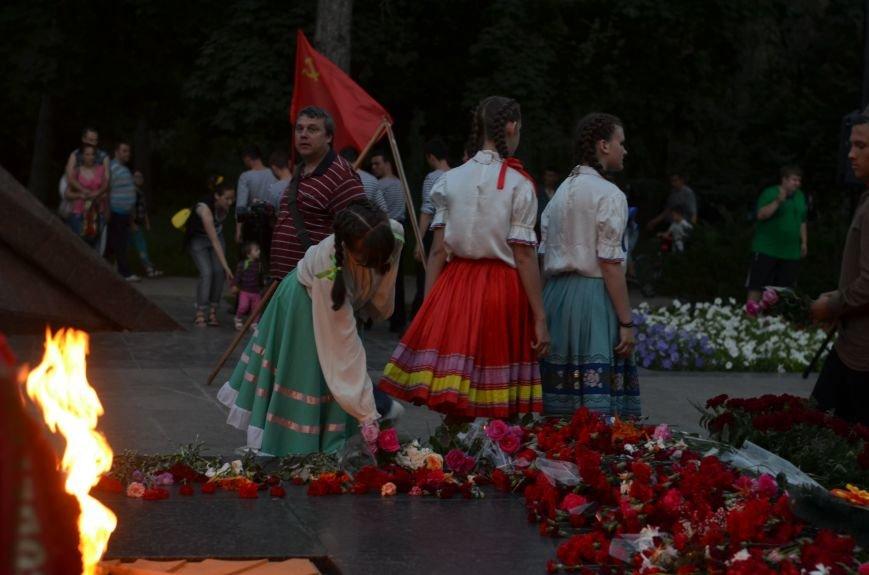 Симферополь зажег «Свечу памяти»: У могилы Неизвестного солдата активисты выложили из свечей красную звезду (ФОТО, ВИДЕО), фото-8