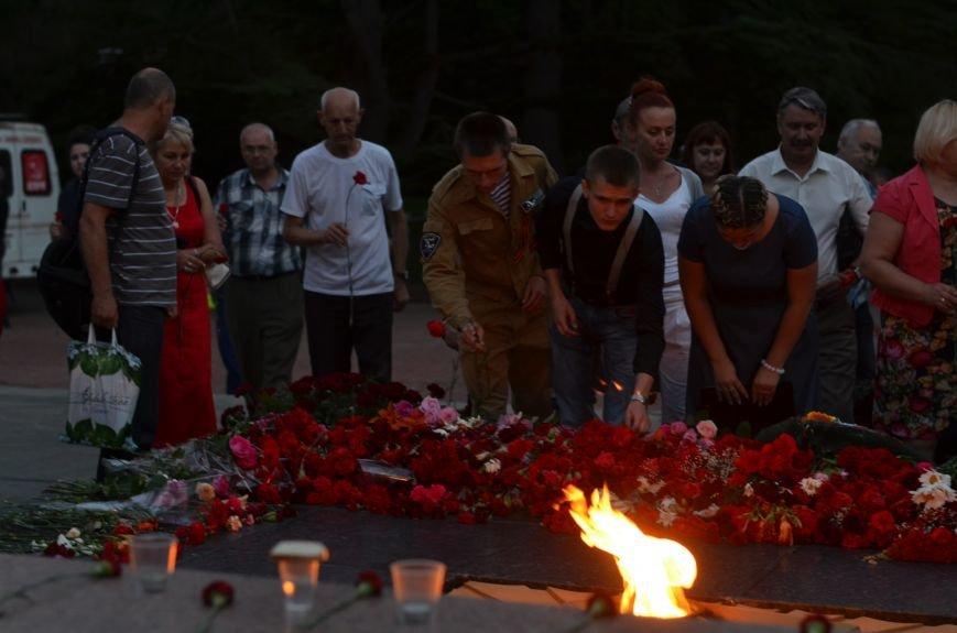 Симферополь зажег «Свечу памяти»: У могилы Неизвестного солдата активисты выложили из свечей красную звезду (ФОТО, ВИДЕО), фото-9