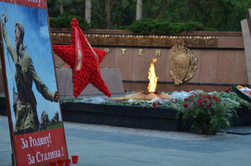 Симферополь зажег «Свечу памяти»: У могилы Неизвестного солдата активисты выложили из свечей красную звезду (ФОТО, ВИДЕО), фото-5