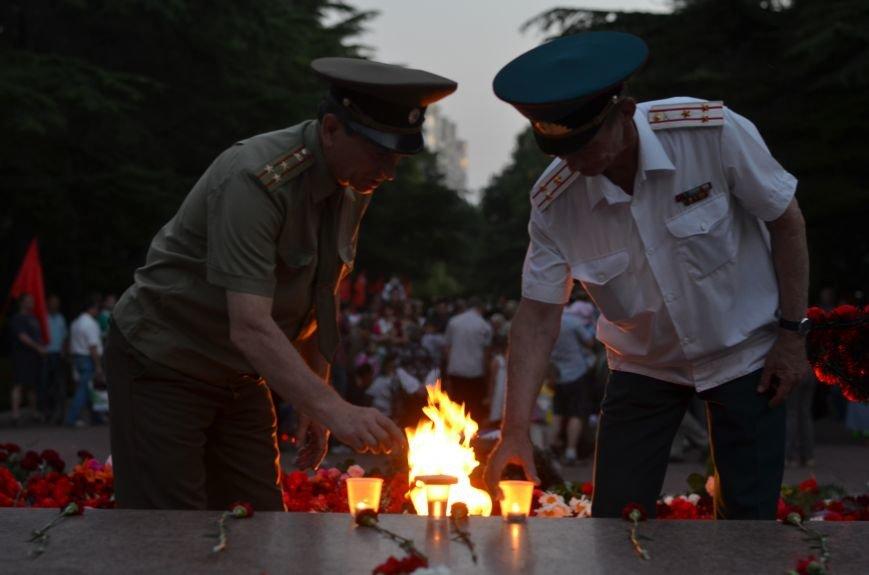 Симферополь зажег «Свечу памяти»: У могилы Неизвестного солдата активисты выложили из свечей красную звезду (ФОТО, ВИДЕО), фото-11