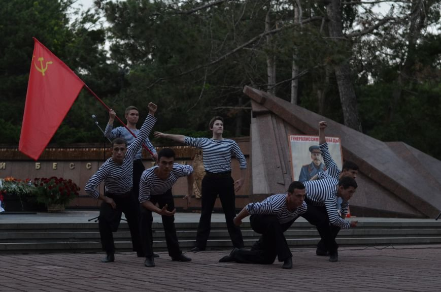 Симферополь зажег «Свечу памяти»: У могилы Неизвестного солдата активисты выложили из свечей красную звезду (ФОТО, ВИДЕО), фото-4