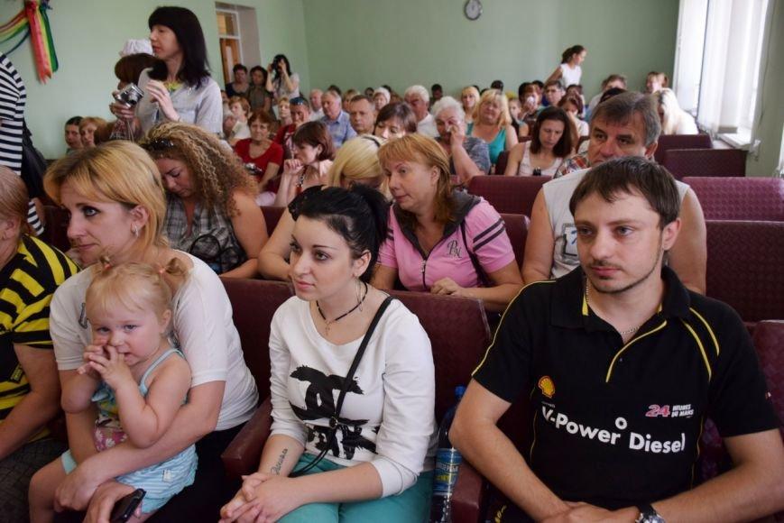 В Николаеве семьям вынужденных переселенцев передали аптечки и сладости (ФОТО) (фото) - фото 1