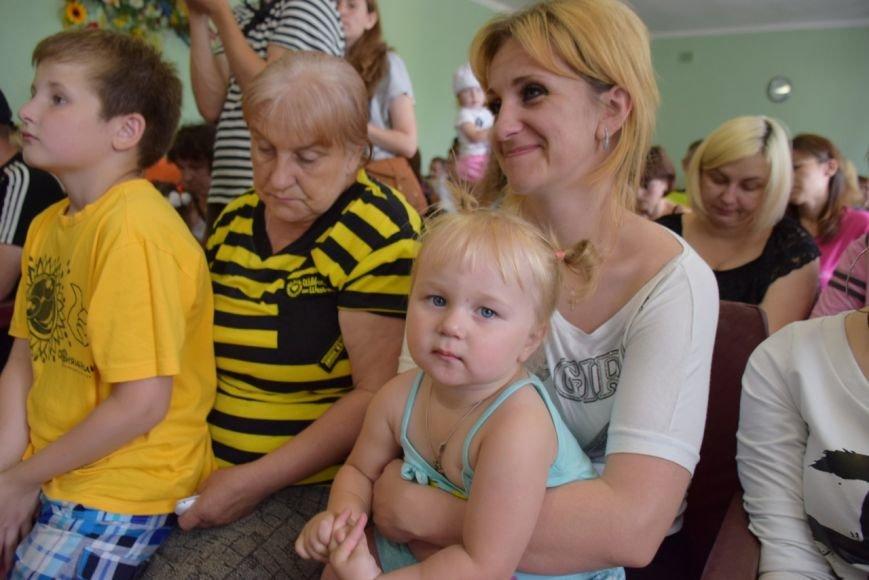 В Николаеве семьям вынужденных переселенцев передали аптечки и сладости (ФОТО) (фото) - фото 3