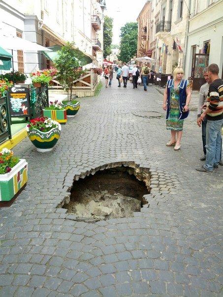 Провалля на вул. Вірменській утворилось через руйнування каналізаційного випуску (фото) - фото 1