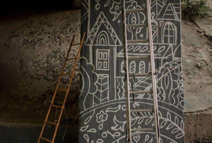 Киевлянам напомнили о Крыме: опоры моста на Голосеевском проспекте разрисовали крымскотатарскими орнаментами (ФОТО) (фото) - фото 1