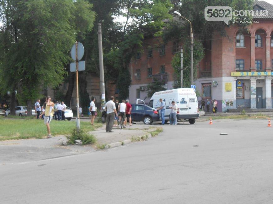 В Днепродзержинске на перекрестке Республиканской и Аношкина произошло ДТП (фото) - фото 1