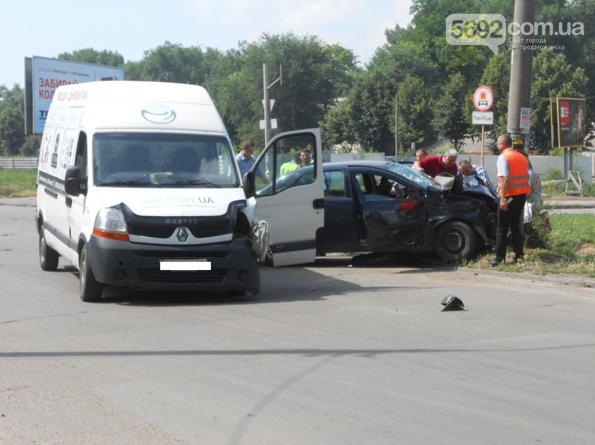 В Днепродзержинске на перекрестке Республиканской и Аношкина произошло ДТП (фото) - фото 4