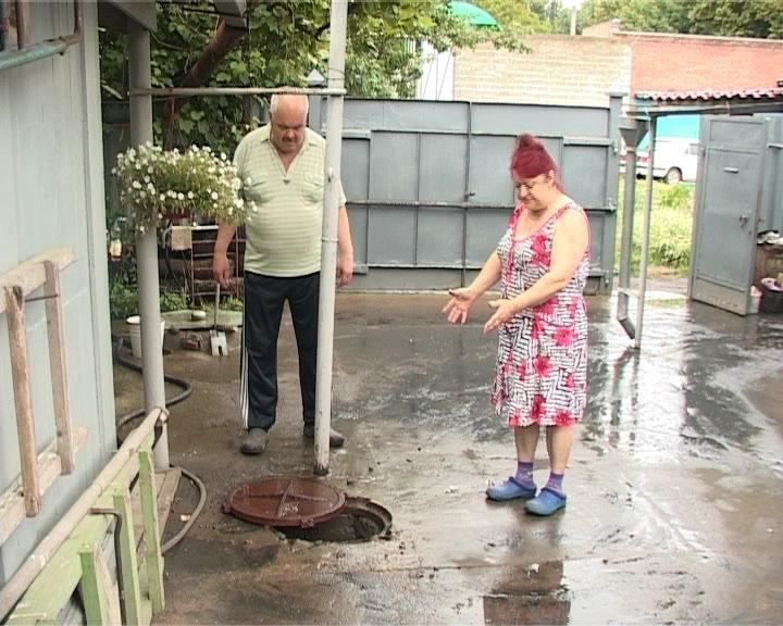В Армавире после дождя по дворам горожан растекаются сточные воды (фото) - фото 1