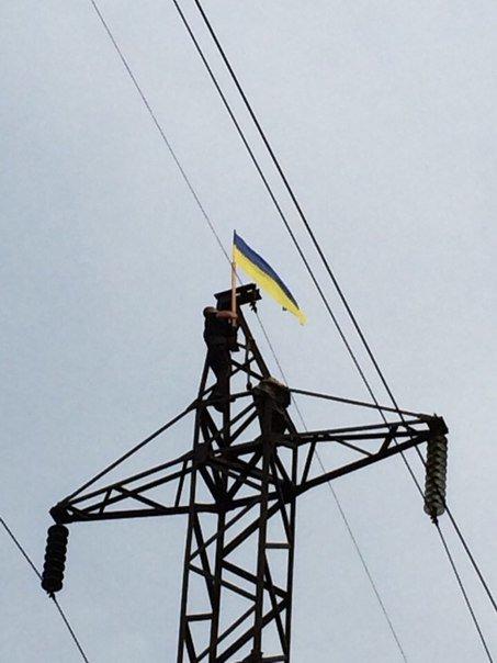 Высокие чувства: активисты Красноармейска и Димитрова продемонстрировали патриотизм, поднявшись с флагами на ЛЭП (фото) - фото 1
