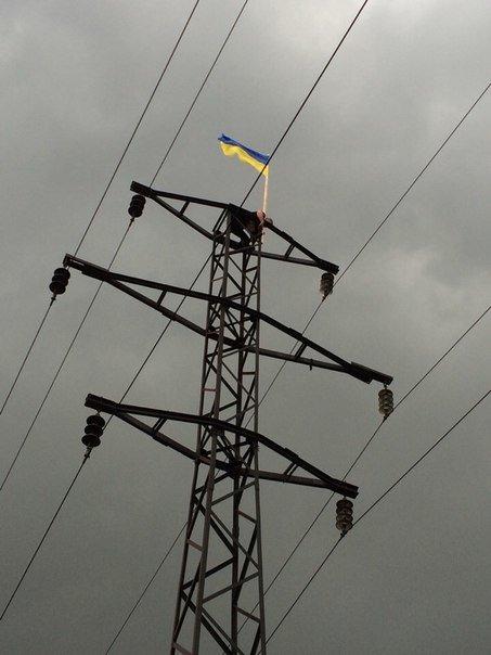 Высокие чувства: активисты Красноармейска и Димитрова продемонстрировали патриотизм, поднявшись с флагами на ЛЭП (фото) - фото 2