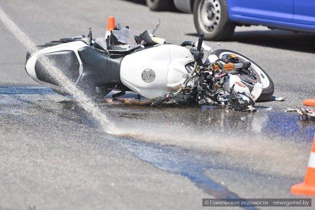 Авария на пересечении Карповича и проспекта Ленина: мотоцикл сбит, легковушку вынесло на тротуар (ФОТО) (фото) - фото 3