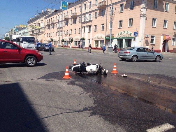 Авария на пересечении Карповича и проспекта Ленина: мотоцикл сбит, легковушку вынесло на тротуар (ФОТО) (фото) - фото 1