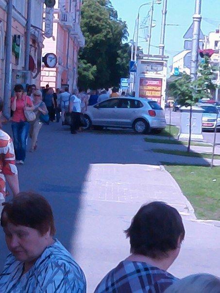Авария на пересечении Карповича и проспекта Ленина: мотоцикл сбит, легковушку вынесло на тротуар (ФОТО) (фото) - фото 2