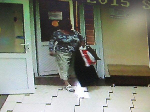 В Гродно разыскивают «банную» воровку за кражу женской сумочки (фото) - фото 3