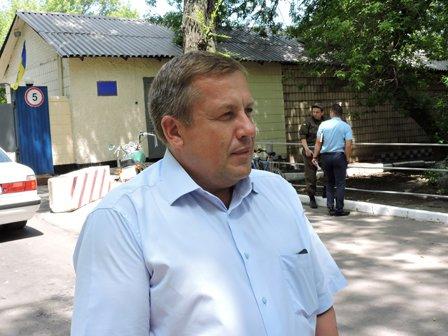 В Мариуполе депутаты осмотрели воинскую часть, разрушенную «ДНР» (ВИДЕО) (фото) - фото 2