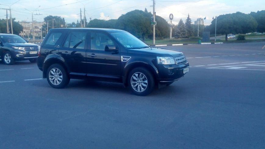 В центре Сум на переходе Land Rover сбил девушку и зацепил вторую (ФОТО) (фото) - фото 1