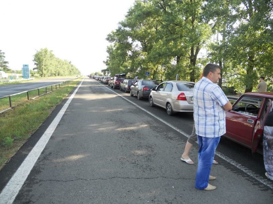 Очередь из авто на трассе Мариуполь-Донецк тянется от Волновахи до оккупированного города (ФОТО) (фото) - фото 1