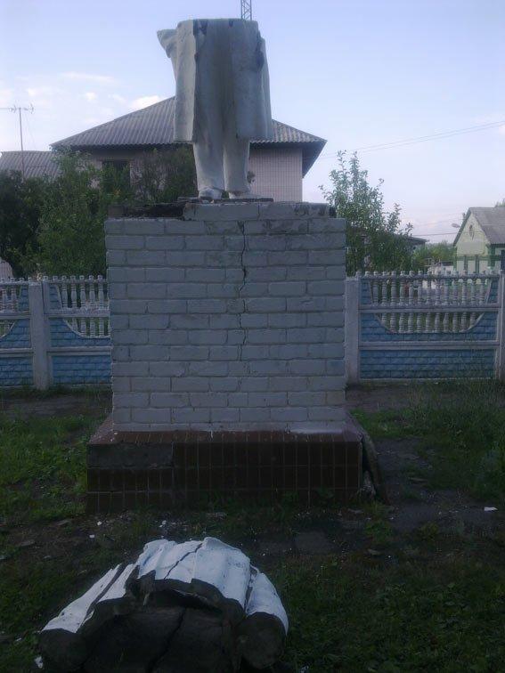 В Чугуеве памятник Ленину распилили напополам (ФОТО) (фото) - фото 1