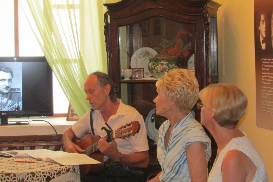 Игорь Ковалевский исполняет песни военных лет.
