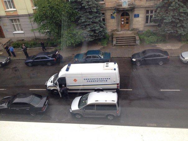 У Львові біля Франківського відділу міліції в автомобілі підірвався правоохоронець (ФОТО) (фото) - фото 1