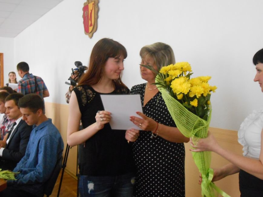 В Днепродзержинском горсовете поздравляли молодежь (фото) - фото 13