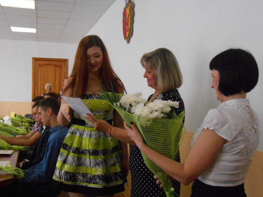 В Днепродзержинском горсовете поздравляли молодежь (фото) - фото 17