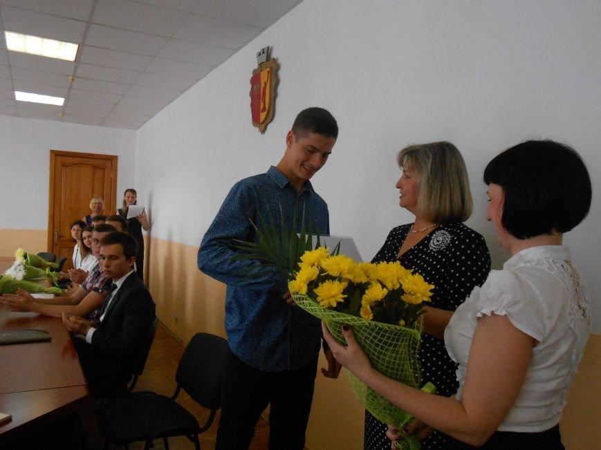 В Днепродзержинском горсовете поздравляли молодежь (фото) - фото 9