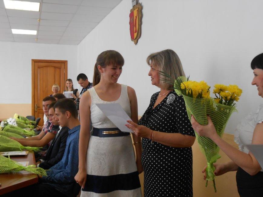 В Днепродзержинском горсовете поздравляли молодежь (фото) - фото 15