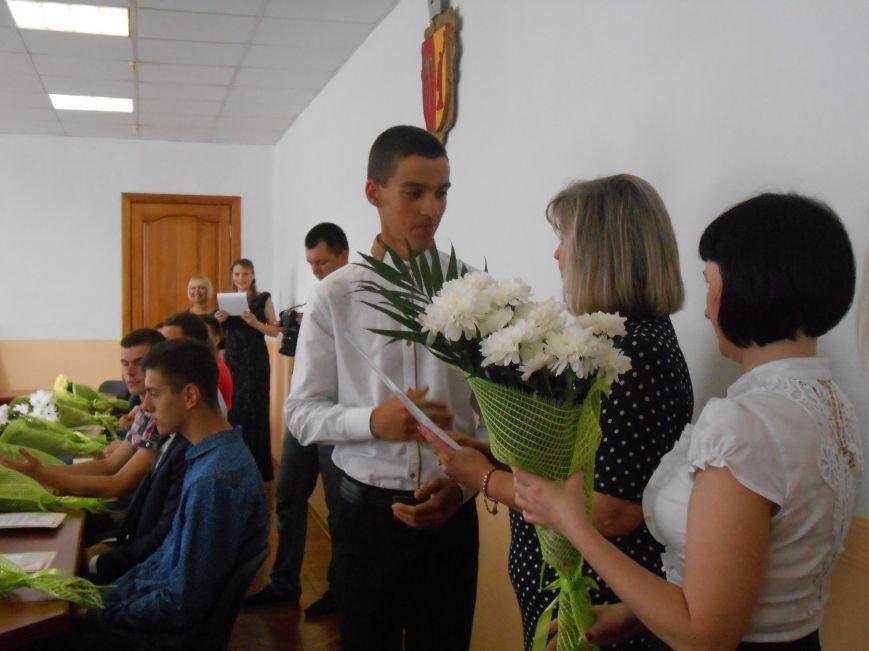 В Днепродзержинском горсовете поздравляли молодежь (фото) - фото 16