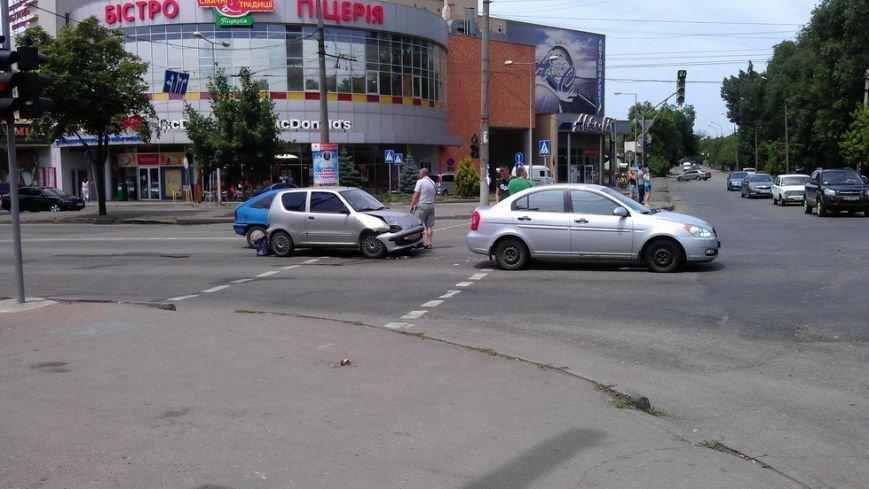 В центре Кривого Рога произошло тройное ДТП (ФОТО) (фото) - фото 1