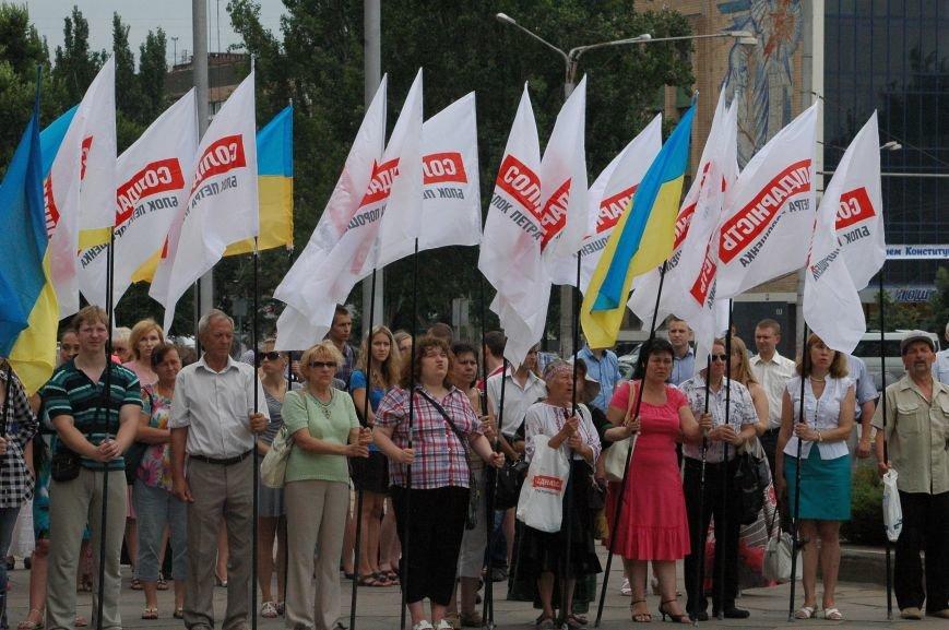 В Запорожье митинг ко Дню Конституции прошел под знаменами Украины и президентской партии (ФОТО), фото-3