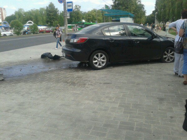На Юбилейной «Мазда» вылетела на тротуар, с девушкой-пешеходом случился шок (ФОТОФАКТ) (фото) - фото 1