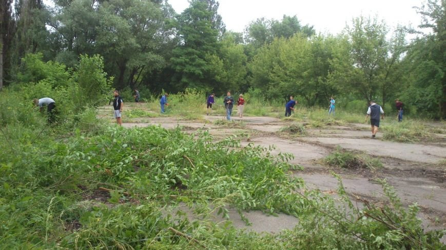 Осенью в парке микрорайона 40 лет Октября появится «Скейт-ленд», а пока молодежь убирает там мусор (фото) - фото 1