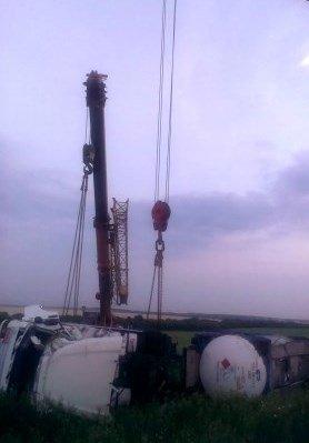 На днепропетровской трассе перевернулась цистерна с растворителем (фото) - фото 2