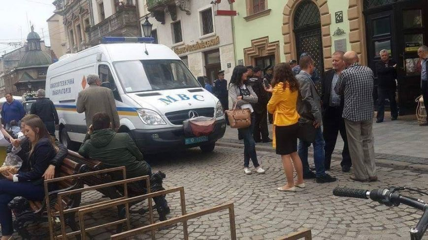 У Львові правоохоронці перевіряють повідомлення про замінування відділення банку у центрі міста (ФОТО) (фото) - фото 1