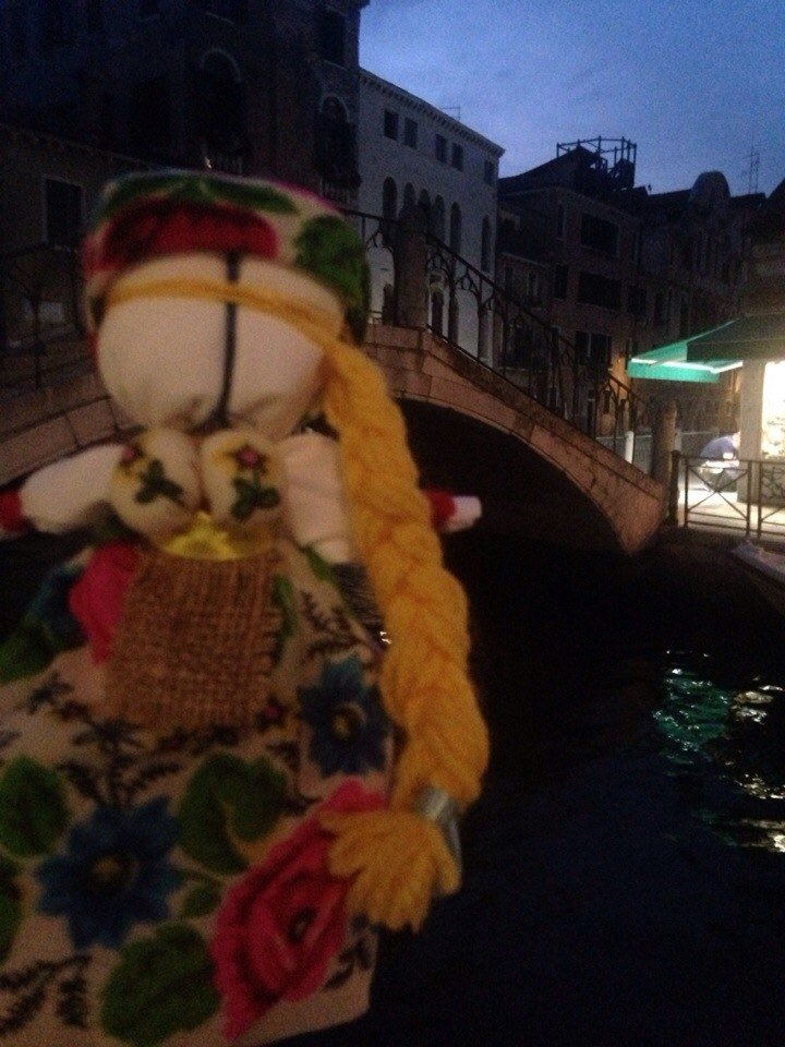 Фотофакт: одесская кукла-мотанка путешествует по Европе (ФОТО) (фото) - фото 1