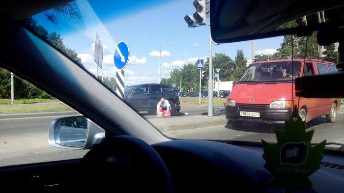 Фотофакт: в Гродно возле БСМП автомобиль сбил велосипедистку (фото) - фото 1