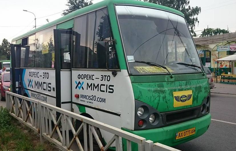 На Чкалова расстреляли автобус с людьми: есть пострадавший (ФОТО) (фото) - фото 1
