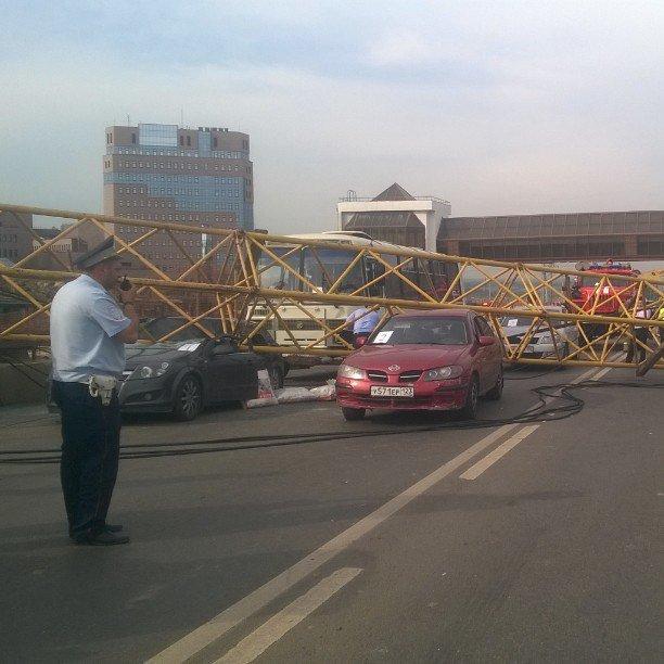 СМИ: При падении башенного крана на Калужском шоссе были повреждены 4 автомобиля (фото) - фото 1