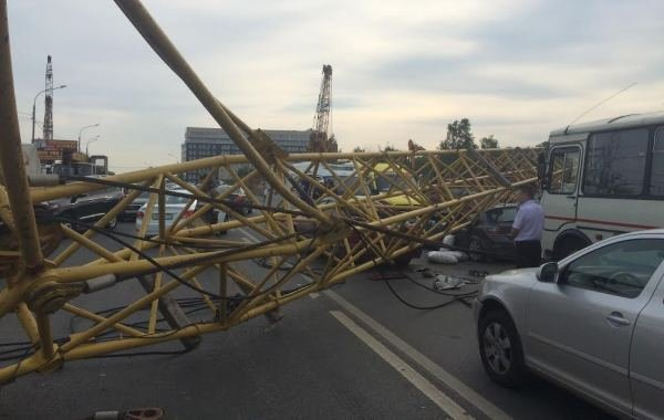 Фоторепортаж с места падения башенного крана на Калужском шоссе, фото-3