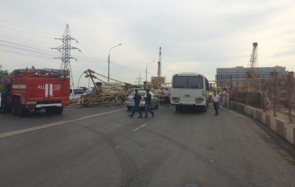 Фоторепортаж с места падения башенного крана на Калужском шоссе, фото-2