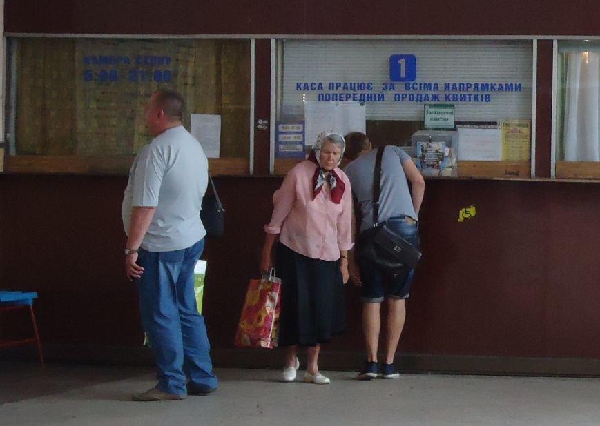 В Донецк пешком… из Красноармейска общественный транспорт на оккупированную территорию не ездит (фото) - фото 2