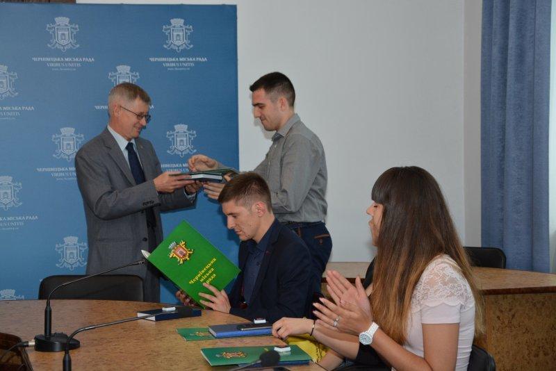 У Чернівцях нагородили  кращих молодіжних активістів (ФОТО) (фото) - фото 1