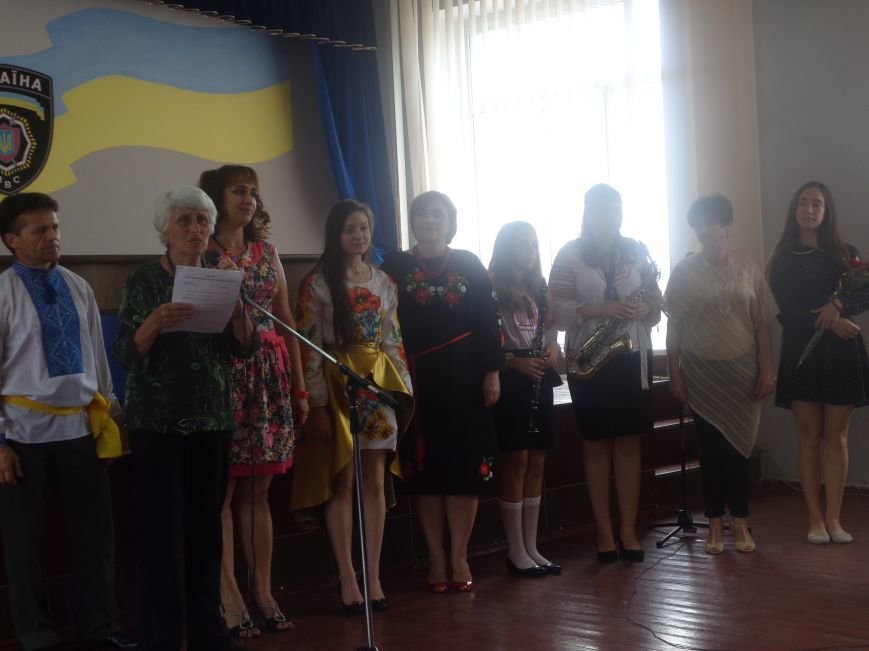 «Служу народу Украины»: Красноармейский городской отдел милиции поздравили украинскими песнями, стихотворениями и игрой на саксофоне (фото) - фото 1